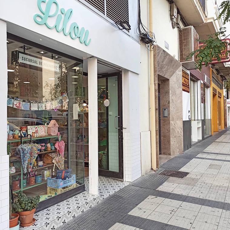 Vista de la tienda Lilou Sucursal de Felicidad desde la calle San Vicente Mártir