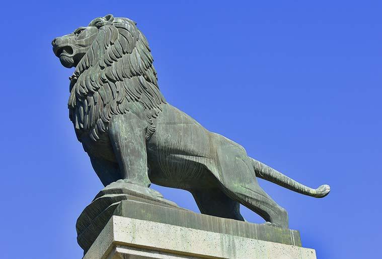 Uno de los leones esculpidos por Francisco Rallo en el Puente de Piedra