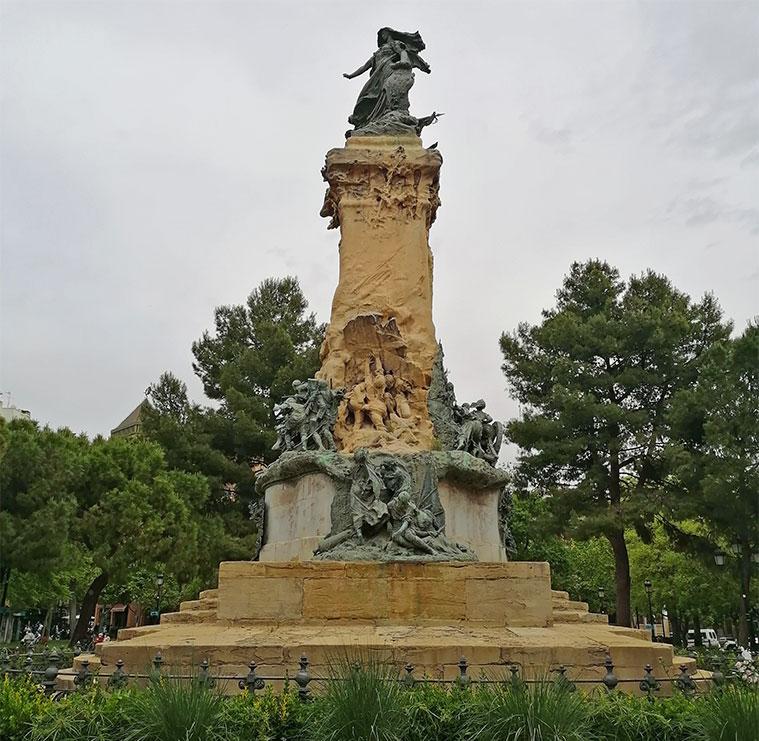 Monumento a los Sitios en el centro de la Plaza de los Sitios