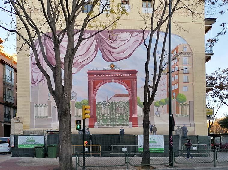 Mural de la Puerta del Duque de la Victoria en la Plaza de San Miguel