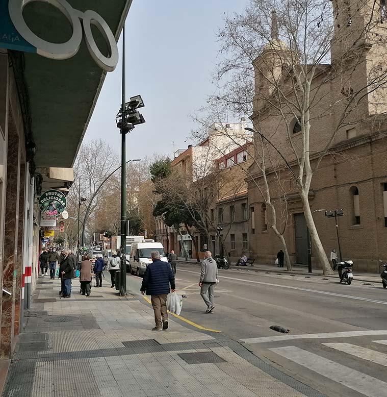 Personas paseando por la Calle Sobrarbe, a la altura de la Iglesia de Altabás