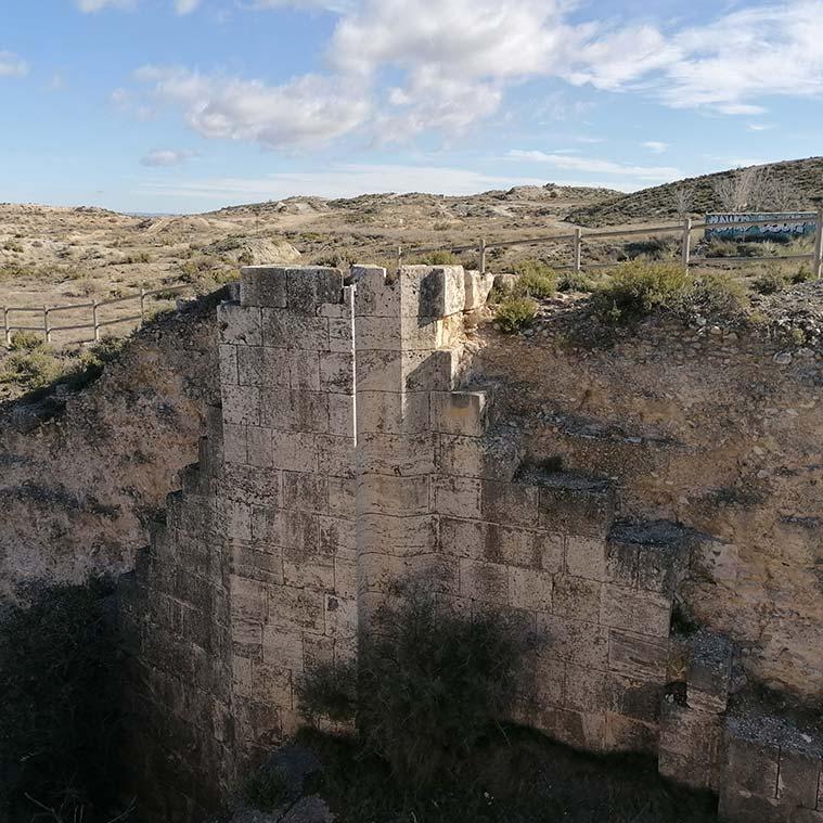 Piedra de cantería en los restos de la Esclusa de Valmadrid