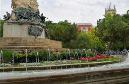Vista del Monumento de los Sitios desde la Plaza homónima