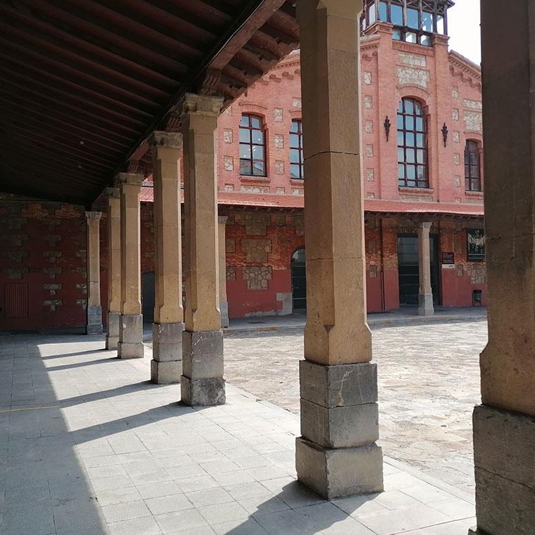 Porche porticado que enlaza los principales pabellones y edificios del Centro Cívico Salvador Allende (antiguo Matadero de Zaragoza)
