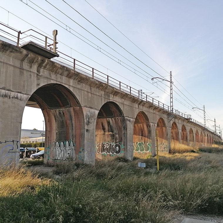 Puente del ferrocarril sobre la Avenida Cataluña