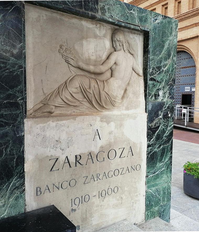 Relieve de Federico Marés en la parte posterior del pedestal de Goya