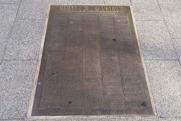 Reproducción en bronce de la primera portada del Heraldo de Aragón
