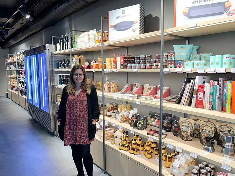 Sara Acero en la tienda de productos gastronómicos de La Zarola