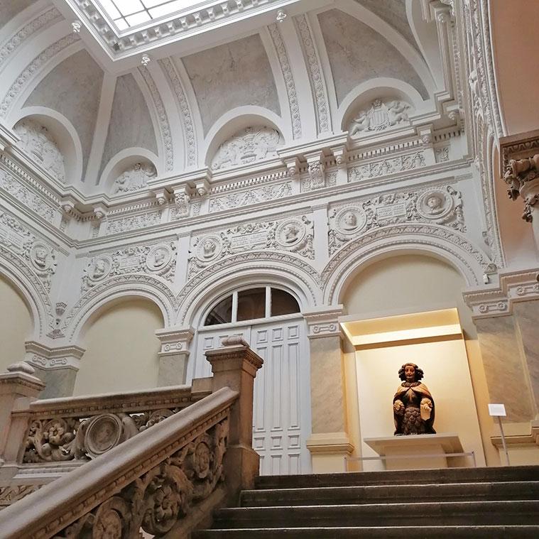 Subiendo las escaleras hacia la primera planta del Museo de Zaragoza