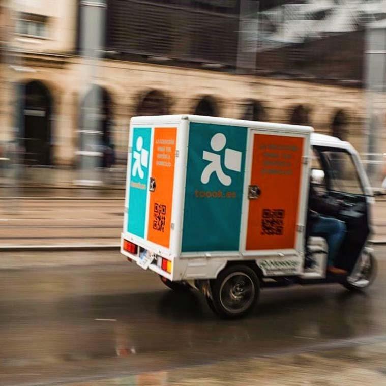 Vehúlo de la empresa de delivery Toook! por la calles de Zaragoza