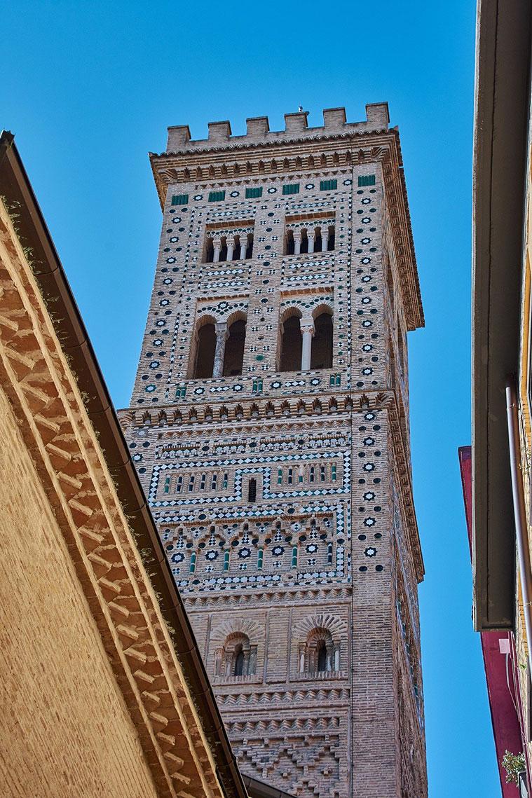 Vista de la torre Mudejar de la iglesia de La Magdalena desde la Calle Mayor