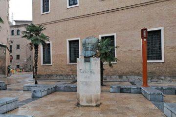 Torso Vectra de Miguel Ortiz Berrocal en la Plaza San Bruno