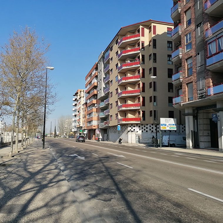 Tramo de la Avenida Cataluña entre la plaza Mozart y la intersección con la Ronda Hispanidad
