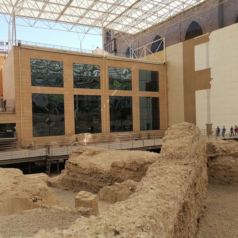 Vista del moderno edificio que alberga el Museo desde las ruinas del Teatro de Caesar Augusta