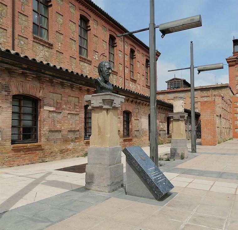 Vista del monumento a Ricardo Magdalena en el Antiguo Matadero de Zaragoza