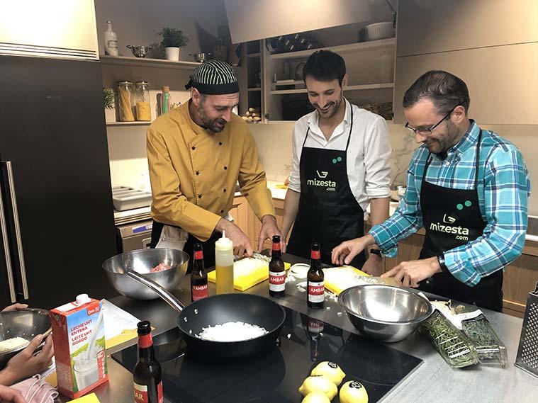 aprendiendo a cocinar en el espacio gastronómico La Zarola