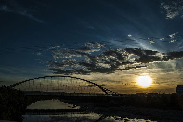 atardecer en el puente del tercer milenio sobre el ebro