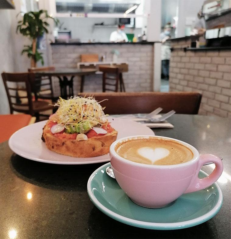 Desayuno de la cafeteria de especialidad Elio and Coco Speciality Coffee
