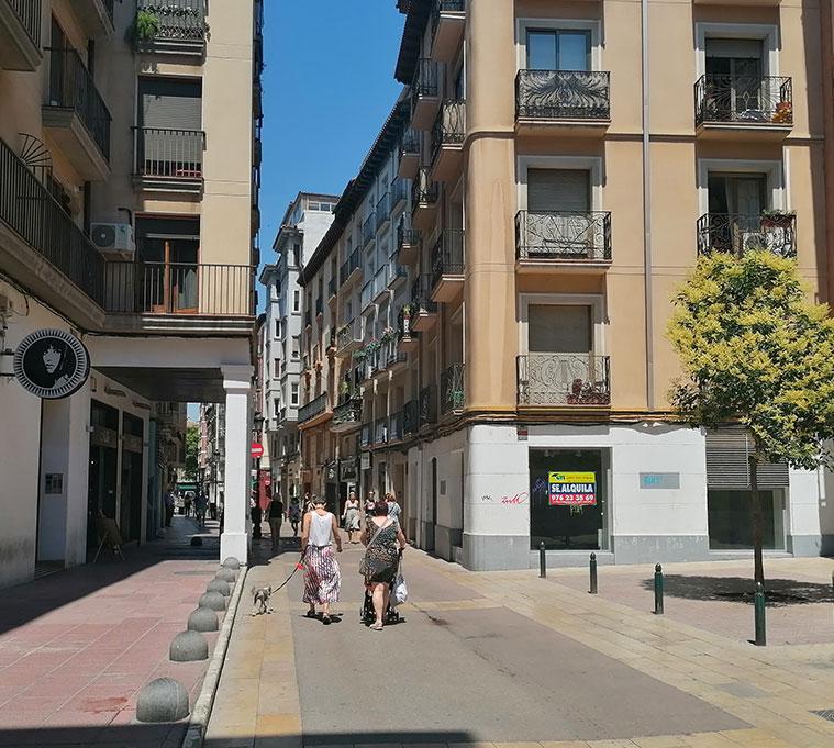 Dos personas caminando por la Calle Méndez Núñez de Zaragoza