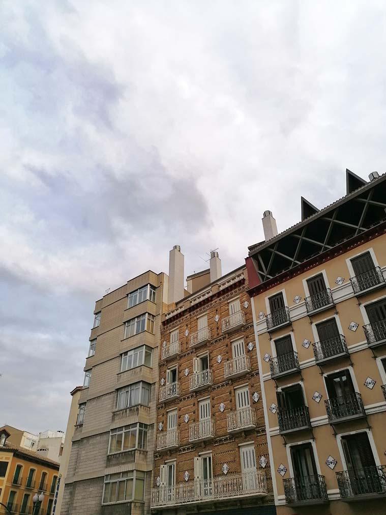 Contraste de edificios modernos y antiguos en el Coso Bajo