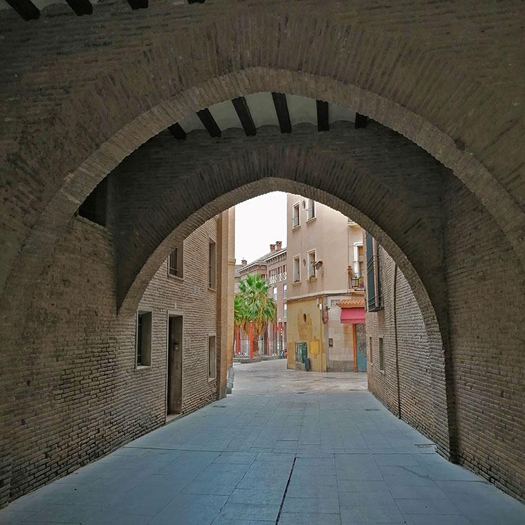 el Arco del Deán con la Plaza de San Bruno al fondo
