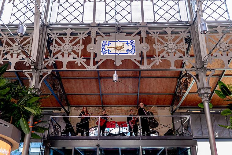 Concierto en el escenario lateral elevado del Mercado Central de Zaragoza