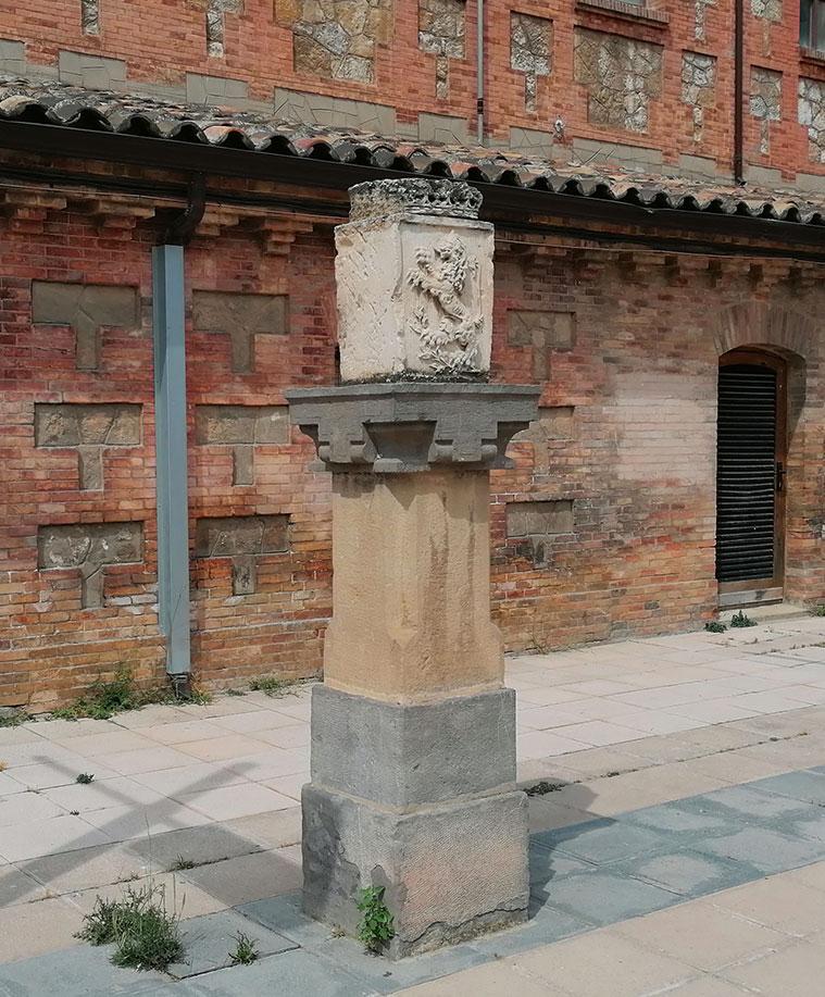 Uno de los dos escudos heráldicos de la ciudad Zaragoza que flanquean el busto de Ricardo Magdalena