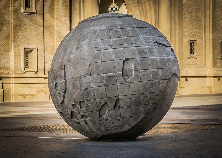 escultura de un globo terráqueo en la plaza del pilar