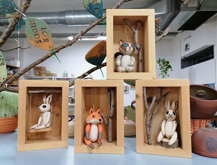 figuritas de ceramica en la tienda taller Sehahechotrizas