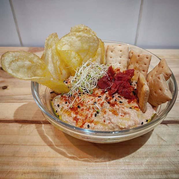 hummus de tomate seco acompañado de chips y regañás polleria san pablo