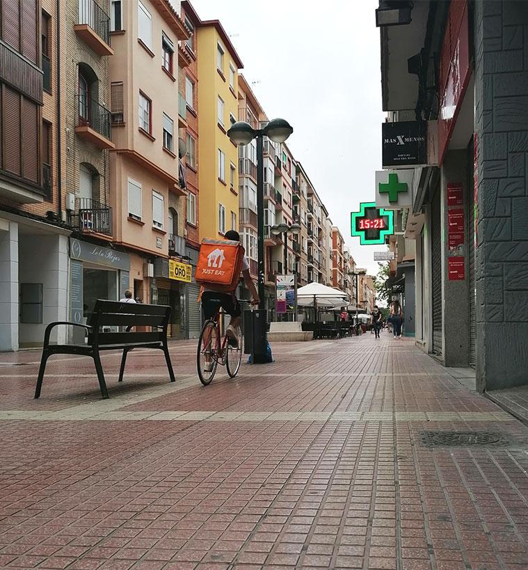 la calle delicias es una locura y un remanso de paz, todo depende de donde estés y del momento del día