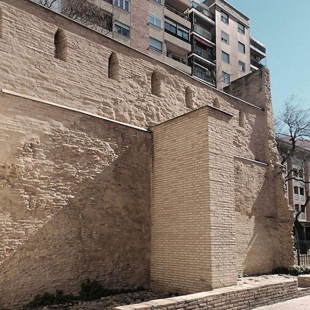 la muralla medieval de zaragoza desde la calle alonso V