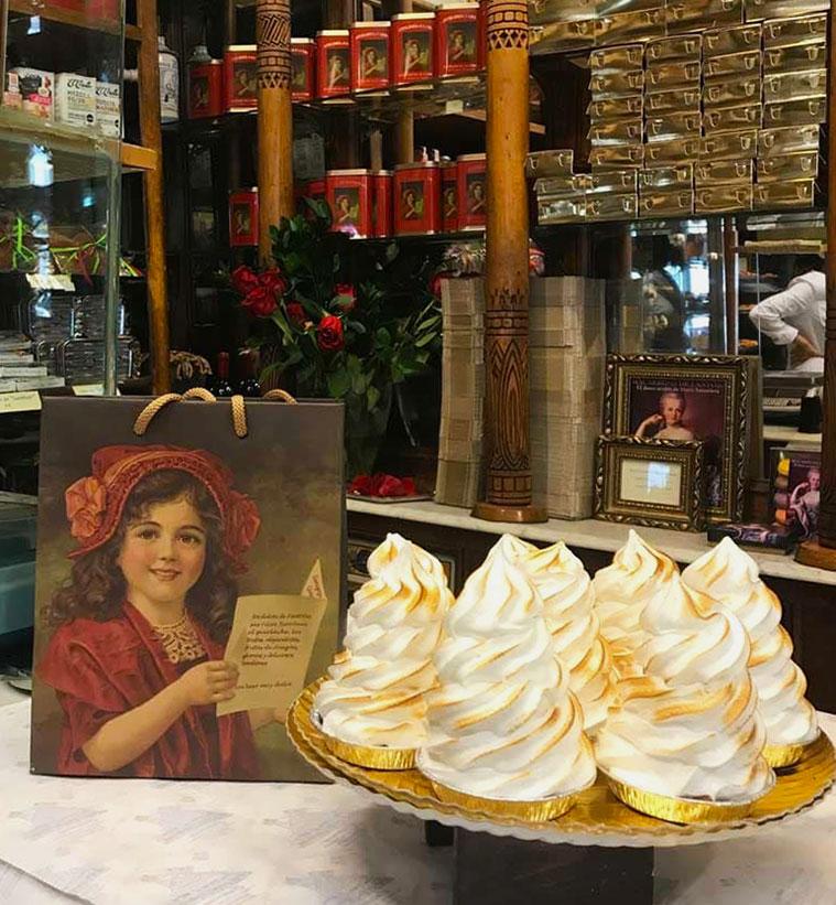 mostrador con pasteles en la confiteria fantoba de zaragoza