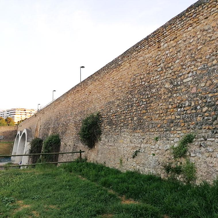 muro de piedra del acueducto puente de reamon pignatelli en el barranco de la muerte