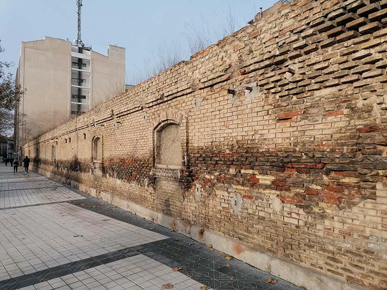 muro del antiguo cuartel de caballeria paseo maria agustin