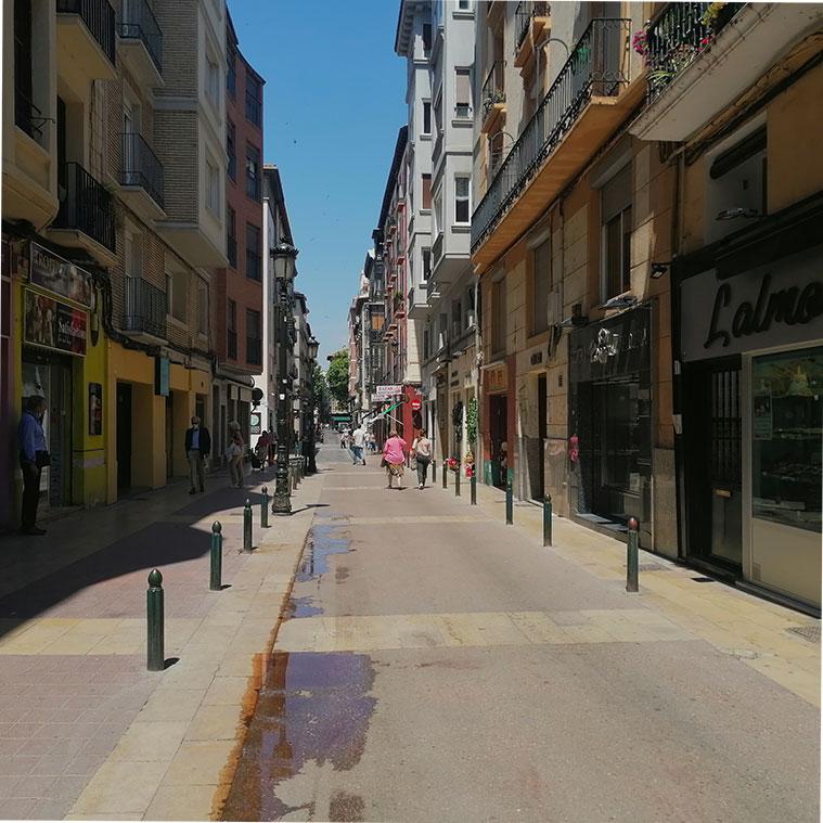 personas recorriendo el ultimo tramo de la calle méndez níñez