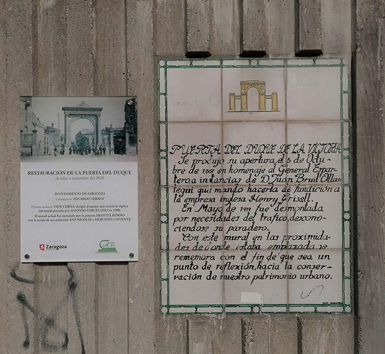 Placa que recuerda la antigua Puerta del Duque