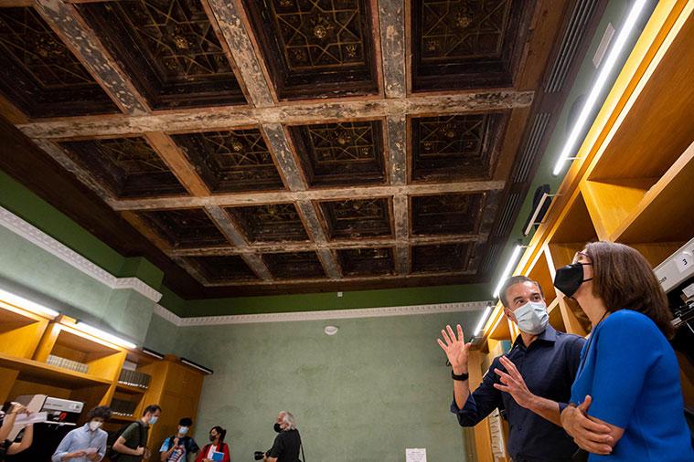 techumbre original de la Casa de Gabriel Sánchez colocada en la sala hemeroteca del Palacio de Montemuzo