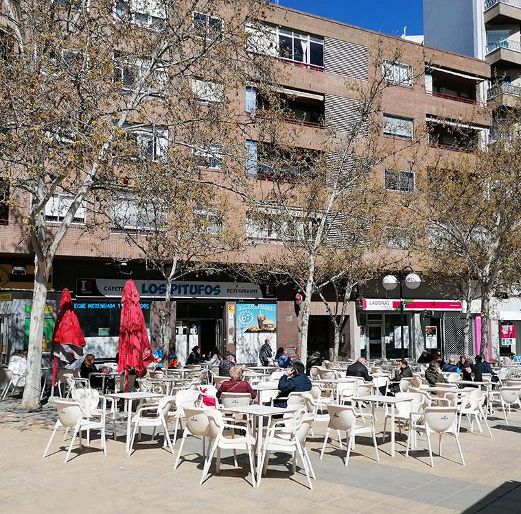 terraza del bar los pitufos en el centro de la Plaza de las Canteras