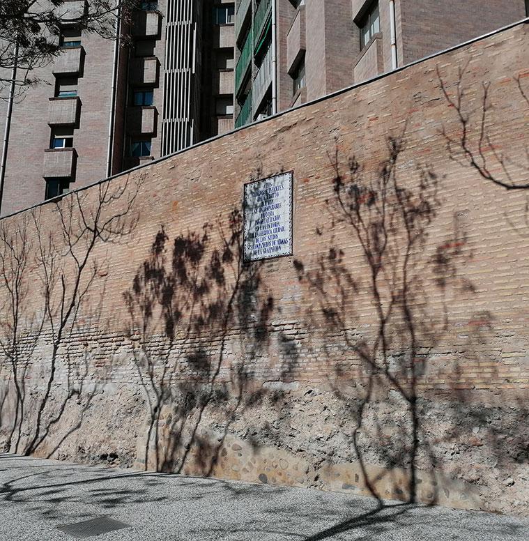 Otra placa rememora el heroico comportamiento de los defensores de la ciudad de Zaragoza