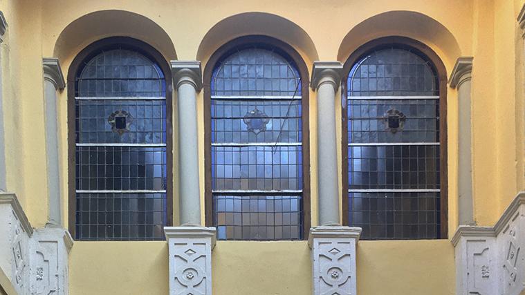 Vidrieras y columnas interiores en el patio del palacio de la maestranza de zaragoza