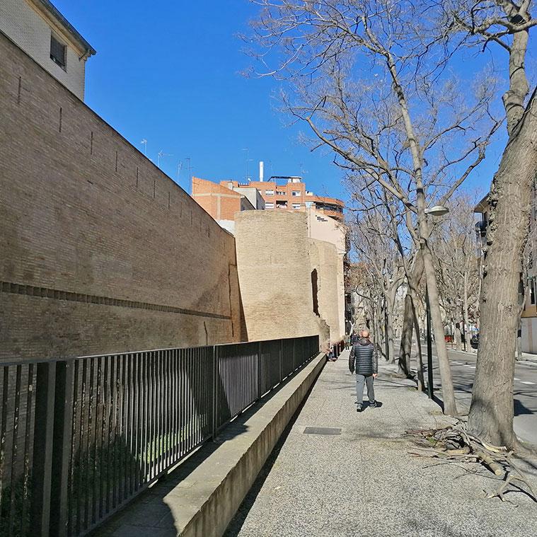 vista de un tramo de la muralla medieval desde la calle alonso V