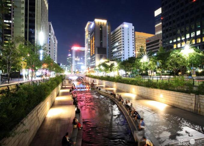 El río Cheonggyecheon en Seúl (Corea)