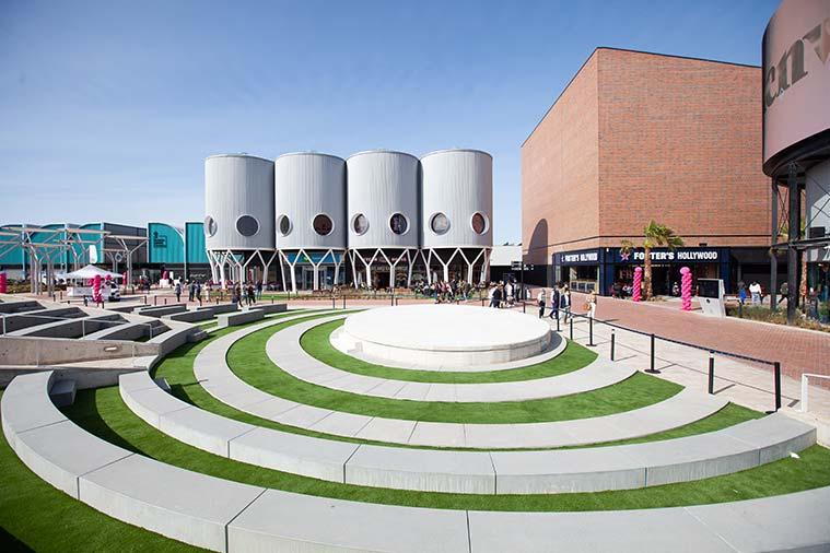 En La Torre Outlet encontrarás elementos de estilo industrial, regional y moderno en su arquitectura vanguardista de alta calidad
