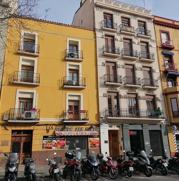 La casa en la que Goya vivió al menos durante los años 1768 y 1769 está sitada en el número 4 de la Plaza de San Miguel