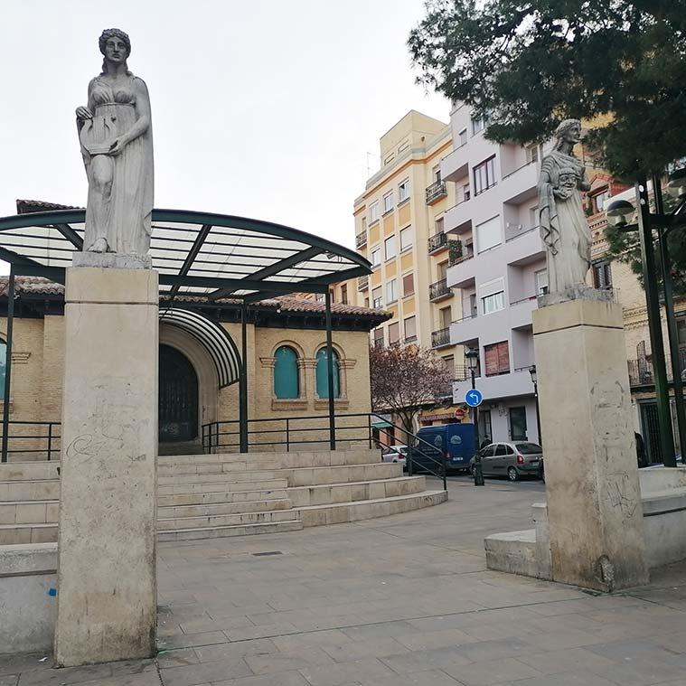 Las esculturas son alegorías de la música y del teatro y son obra de Francisco Rallo Lahoz