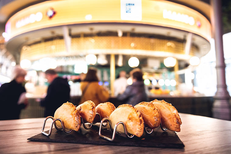 Empanadillas en la zona de hostelería del Mercado Central de Zaragoza