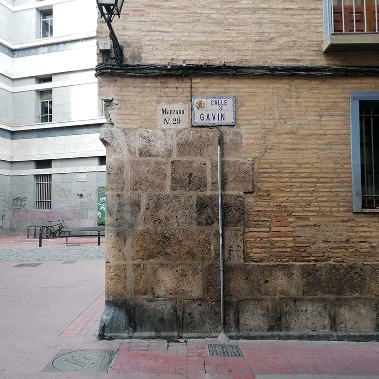 Sillares de la muralla en la fachada de la calle Antonio Gavín del Palacio de los Gurrea de Castro