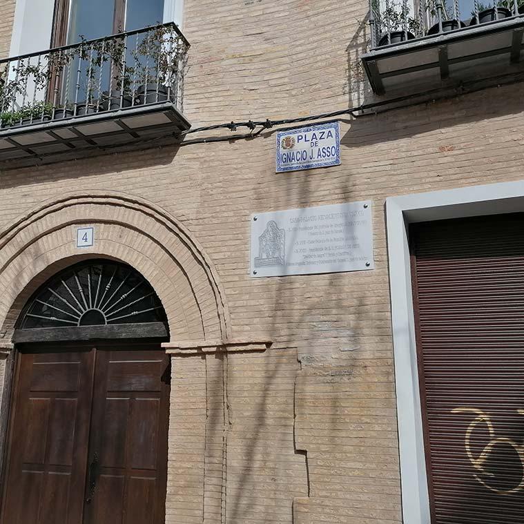 Placa en recuerdo a Jordán de Asso en la casa-palacio en la que vivió