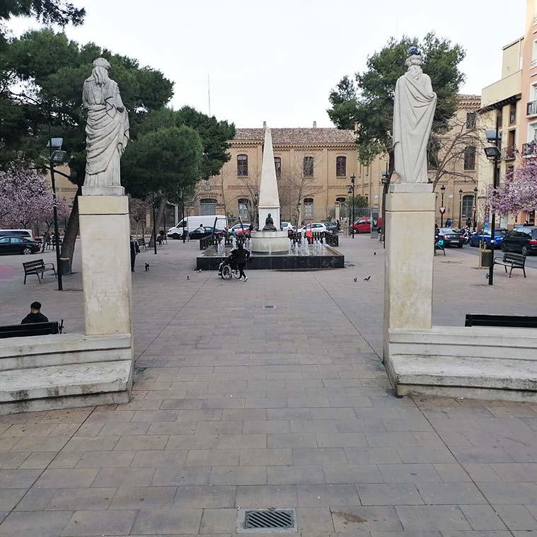 Vista de la Plaza Santo Domingo desde el Teatro del Mercado. Las esculturas son alegorías de la música y del teatro y son obra de Francisco Rallo Lahoz